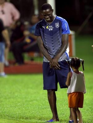 Balotelli criança menina treino Itália (Foto: EFE)