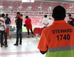 steward estádio Mané Garrincha (Foto: Fabrício Marques)