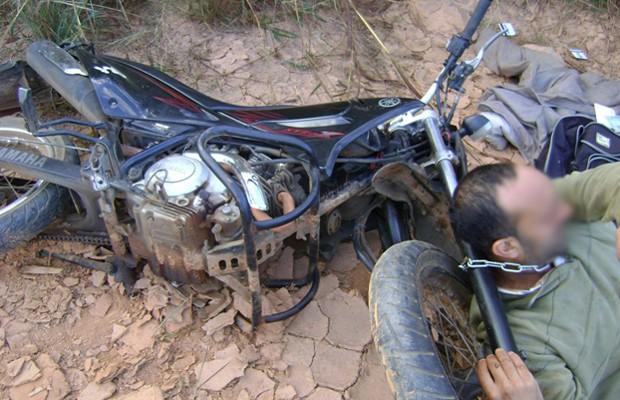 Vítima de assalto arrasta moto acorrentada ao pescoço e pede ajuda, em Rubiataba, Goiás (Foto: Divulgação/Polícia Militar)