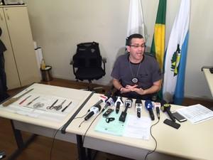 Facas foram encontradas na casa do menor apreendido (Foto: Mariucha Machado/G1)