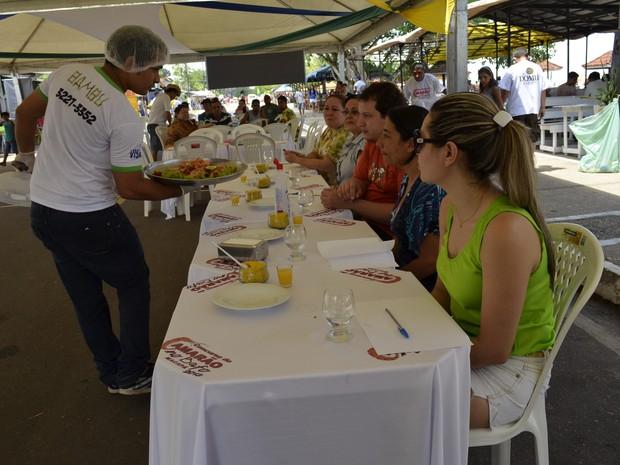 Garçon do restaurante vencedor apresentando a iguaria aos jurados (Foto: Maiara Pires/G1)
