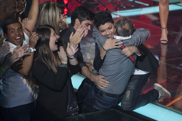 Wagner Barreto abraça o pai após vitória no 'The Voice Brasil' (Foto: Globo/Pedro Curi)