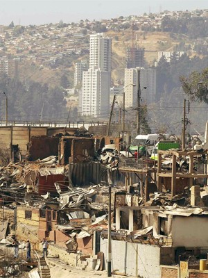 Centenas de casas ficaram destruídas após incêndio atingir morros de Valparaíso, no Chile (Foto: Reuters/Eliseo Fernandez)