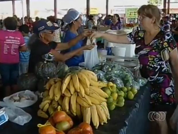 Consumidores podem pesquisar preços de produtos antes de ir às feiras de Palmas (Foto: Reprodução/TV Anhanguera)