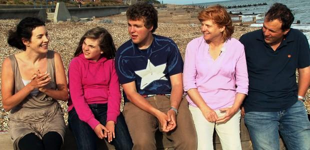 """Clara Bellar conversa com uma família de """"desescolarizados"""" (Foto: Divulgação)"""
