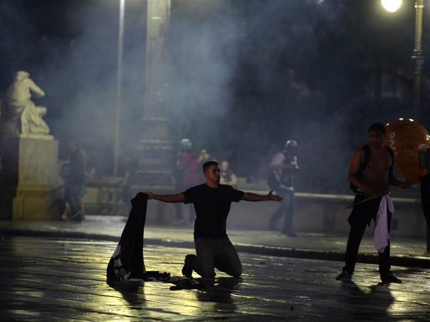 Manifestante se ajoelha durante protesto em São Paulo. (Foto: Nelson Almeida/AFP)