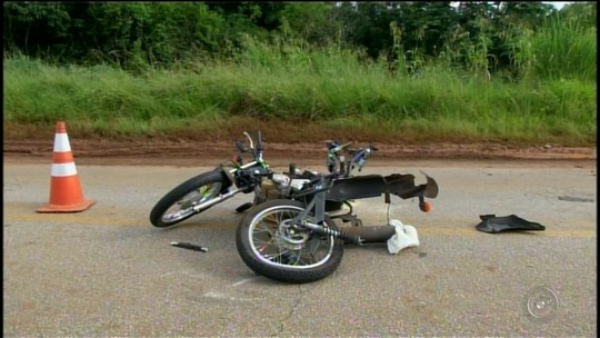 Motociclista morre ao bater de frente com caminhão em rodovia em Itaberá