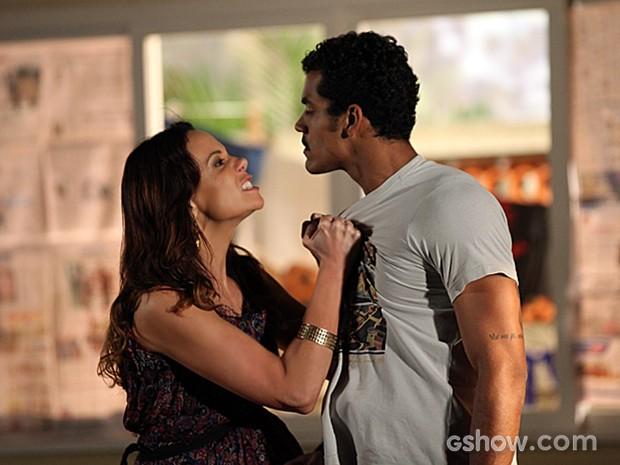 Jairo tenta conter a mulher, mas ela continua enfurecida (Foto: Em Família)