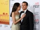 Angelina Jolie usa tomara que caia em première com Brad Pitt