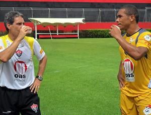 Carpegiani conversa com Ananias no treino do Vitória (Foto: Divulgação/EC Vitória)