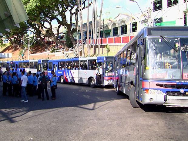 Saída de coletivos foi interrompida por motoristas durante o protesto em Valinhos (Foto: Edvaldo de Souza/ EPTV)