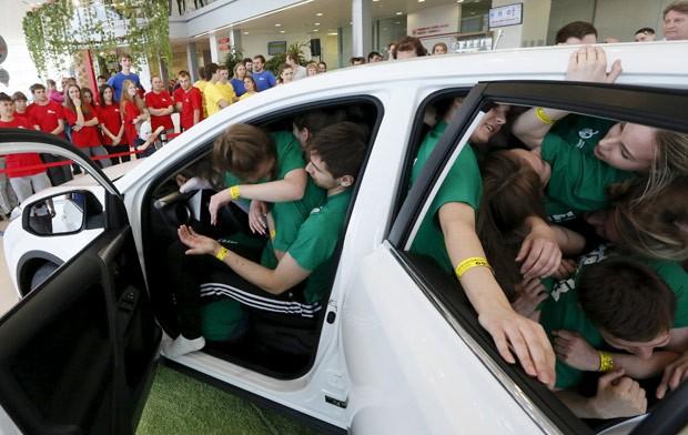 Equipes conseguiram colocar 40 pessoas no interior do veículo (Foto: Ilya Naymushin/Reuters)