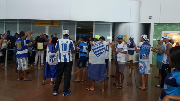 Embarque do CSA para São Paulo (Foto: Augusto Oliveira/GloboEsporte.com)