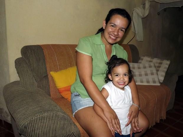 Jovem mostra resultado da cirurgia que retirou cisto gigante (Foto: Ivair Vieira Jr/G1)
