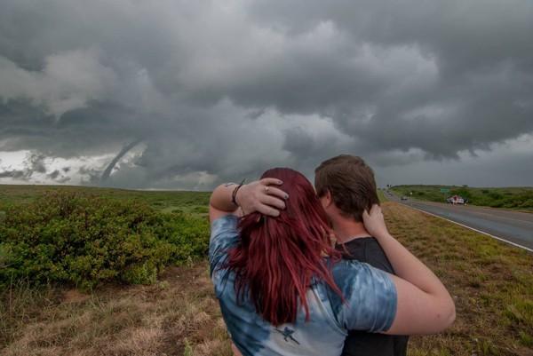 Alex Bartholomew pediu Cayton em casamento em frente a um tornado (Foto: Reprodução / Facebook)