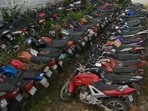 Motos no pátio da Polícia Rodoviária Federal em Caruaru (Foto: Reprodução/ TV Asa Branca)