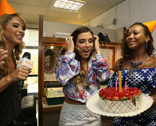 Carla se emociona ao ver a torta de aniversário (Foto: Carol Caminha / Gshow)