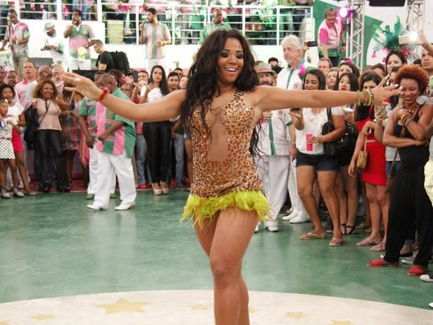 Evelyn Bastos na quadra da Mangueira, na Zona Norte do Rio (Foto: Thiago Mattos/ Divulgação Mangueira)