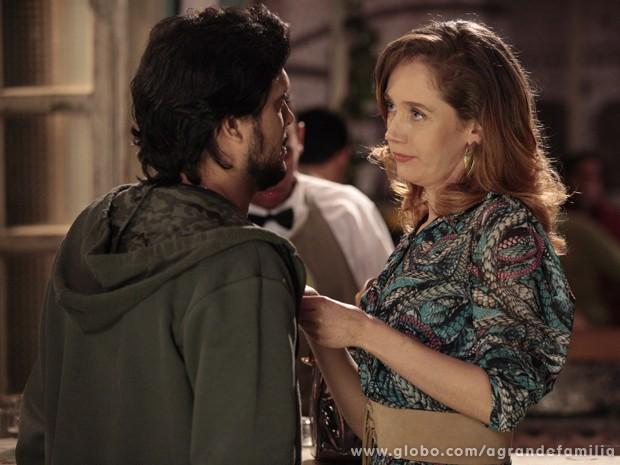 Cris mexe com a cabeça do ex com proposta inesperada (Foto: A Grande Família / TV Globo)