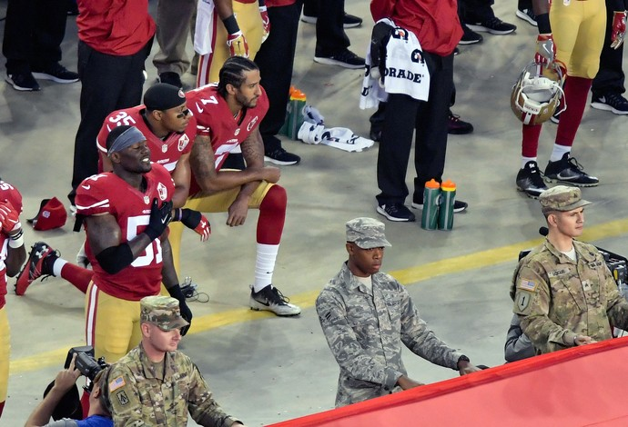 Colin Kaepernick e Eric Reid, do San Francisco 49ers, se ajoelharam durante o hino dos EUA (Foto: Reuters)