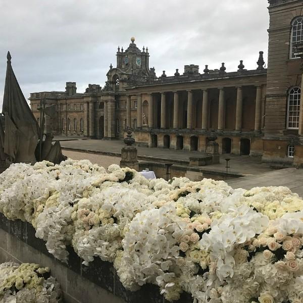 Entrada do Blenheim Palace decorada com flores (Foto: Reprodução/Instagram)