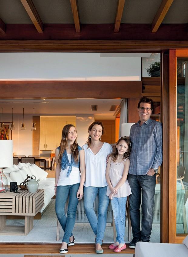 Família Da esq. para a dir., Olivia, Alessandra, Giovanna e Luciano posam no living (Foto: Marco Antonio / Editora Globo)