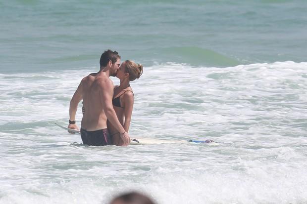 Fernanda de Freitas na praia com namorado (Foto: Dilson Silva/ Ag. News)