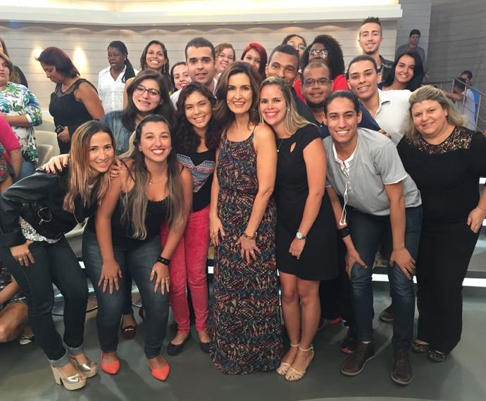 A apresentadora com a plateia nos bastidores (Foto: Viviane Figueiredo/Gshow)