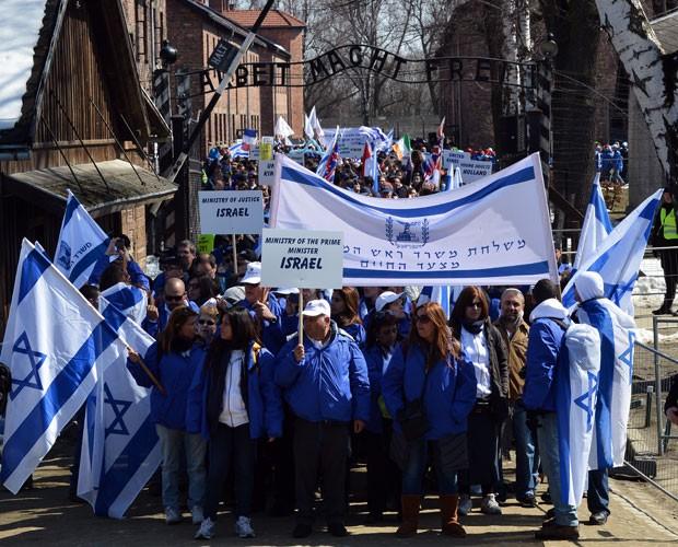 Jovens judeus participam nesta segunda-feira (8) na 22ª Marcha dos Vivos no local que abrigou o campo de extermínio de Auschwitz-Birkenau' (Foto: Janek Skarzynski/AFP)