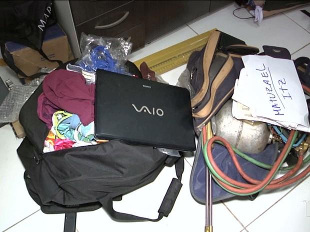 Carga roubada foi encontrada na residência dos suspeitos. No local, foi encontrado  armas de fogo e um maçarico a gás que era usado para roubar caixas eletrônicos. (Foto: Reprodução / TV Mirante)