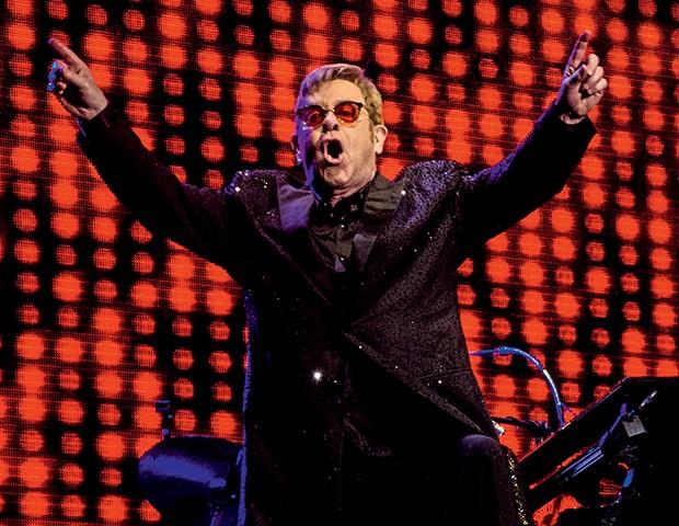 "Elton John cantou sucessos como ""Tiny Dancer"" e ""Candle in the Wind"". Abaixo, James Taylor, que se apresentou antes do inglês  (Foto:  )"