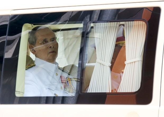 O monarca Bhumibol Adulyadej, considerado um semideus por muitos tailandeses, deixou o hospital Siriraj rumo ao Grande Palácio, residência da dinastia Chakri no centro da velha Bangcoc (Foto: Reuters)