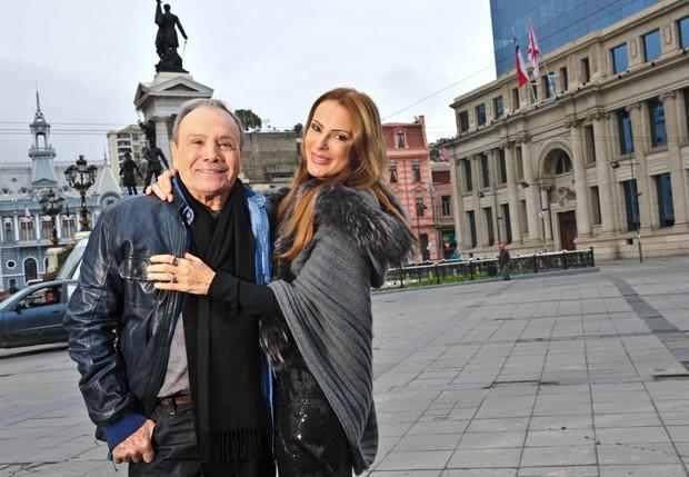 Stênio Garcia e a mulher, Marilene Saade, visitaram Valparaíso, balneário a duas horas de Santiago. O casal fez pose na Plaza Sotomayor (Foto: Deco Rodrigues)
