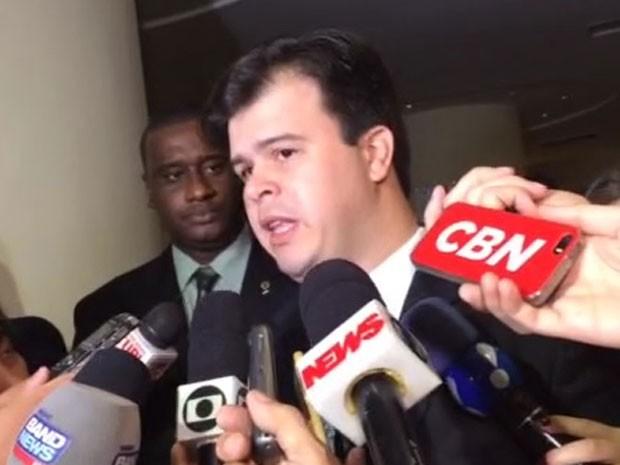 Ministro Fernando Bezerra Filho fala sobre o balanço da Eletrobras em evento no Rio, nesta quarta-feira (17). (Foto: Cristiane Caoli/G1)