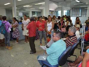 Filas e reclamação após estouro de tubulação no prédio do INSS (Foto: Rodrigo Menaros / G1 RR)