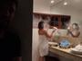 Bruno Gagliasso 'trolla' Giovanna Ewbank com farinha no secador