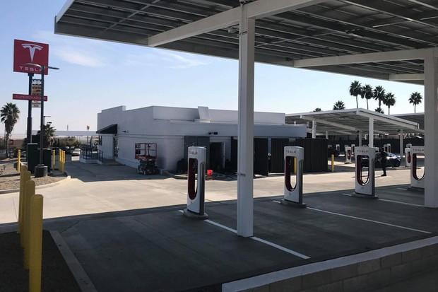 Posto de recarga Tesla Supercharger na cidade de Kettleman, nos Estados Unidos (Foto: Reprodução / MojaTeslaX / Facebook)