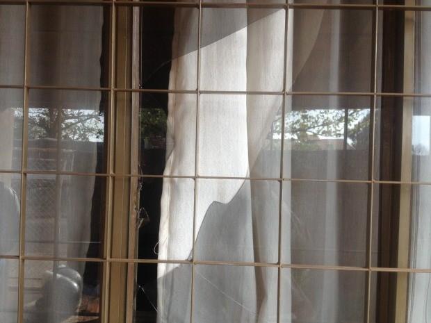 Assaltantes quebraram vidro da janela da frente e abordaram a família (Foto: Nadyenka Castro/G1 MS)