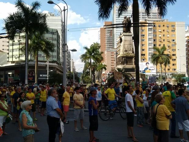 Manifestantes se reunem na Praça da Independência, em Santos (Foto: Bruno Nunes / TV Tribuna)