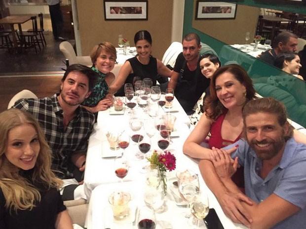 Marcela Rica, Ricardo Tozzi, Cláudia Abreu, Emanuelle Araújo, Maria Flor, Claudia Raia e Reynaldo Gianecchini em restaurante no Rio (Foto: Instagram/ Reprodução)