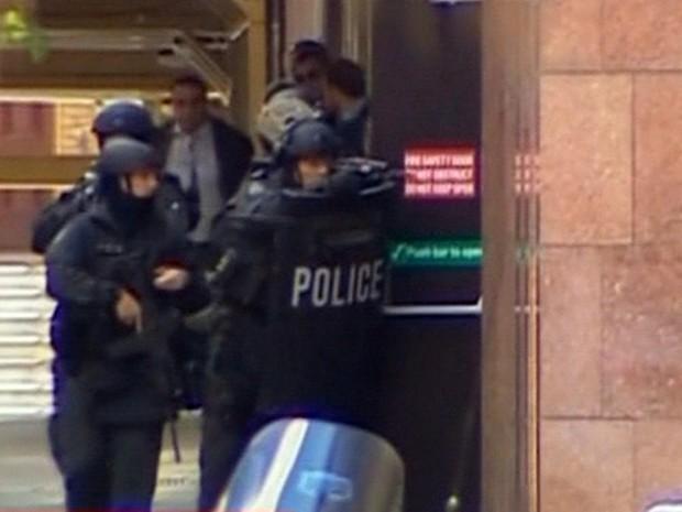 Polícia australiana faz cerco à cafeteria onde homem mantém mais de 40 reféns (Foto: Reprodução/GloboNews)