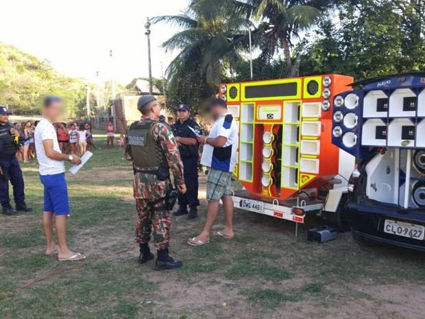 Festa foi considerada irregular, já que estava sendo realizada em uma Zona de Proteção Ambiental e sem nenhuma licença dos órgãos públicos (Foto: PM/Divulgação)