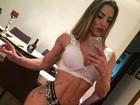 Ex-BBB Michelly posa de lingerie comportada para selfie