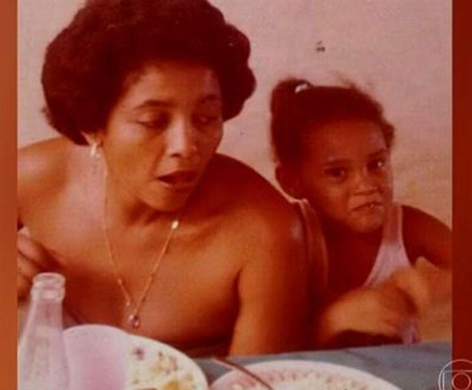 Taís ainda criança ao lado da mãe (Foto: TV Globo)