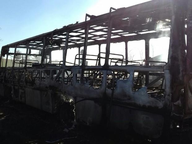 Apenas restos do ônibus sobraram após incêndio (Foto: Divulgação/ Bombeiros Botucatu)