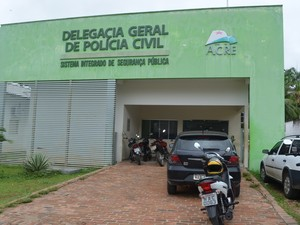 Suspeito foi levado para a Delegacia de Cruzeiro do Sul e transferido para o presídio do município (Foto: Vanísia Nery/G1)