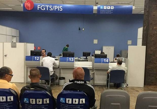 Atendimento em agência da Caixa Econômica Federal para trabalhadores que querem resgatar o FGTS (Foto: Pollyanna Brêtas/Agência O Globo)