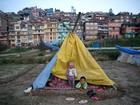 Após perderem casas, sobreviventes de tremor no Nepal pedem barracas