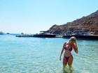 De biquíni, Bárbara Evans exibe corpo em forma na Grécia