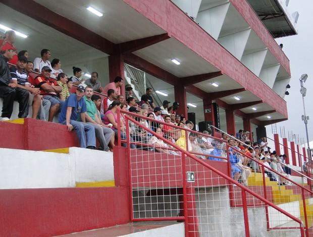 torcida do Tombense comparece ao estádio (Foto: Léo Simonini / Globoesporte.com)